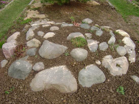 Простая альпийская горка на даче с камнями